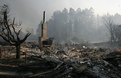 Ruine eines Hauses in Watsonville: Blitze lösen immer weitere Brände aus