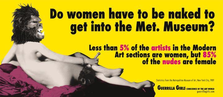 """Ein Plakat der Guerrilla Girls. Darauf steht: """"Müssen Frauen nackt sein, um ins Metropolitan Museum zu kommen?"""""""