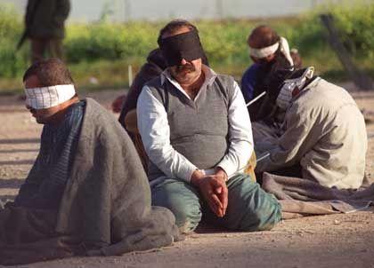 Gefangen und gefesselt: Palästinenser am 8. März in einem Flüchtlingslager nahe Tulkarem