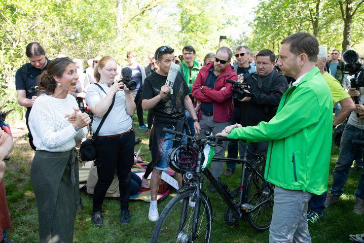 Kretschmer am 16. Mai 2020 im Großen Garten in Dresden mit Anhängerinnen und Anhängern von Verschwörungstheorien