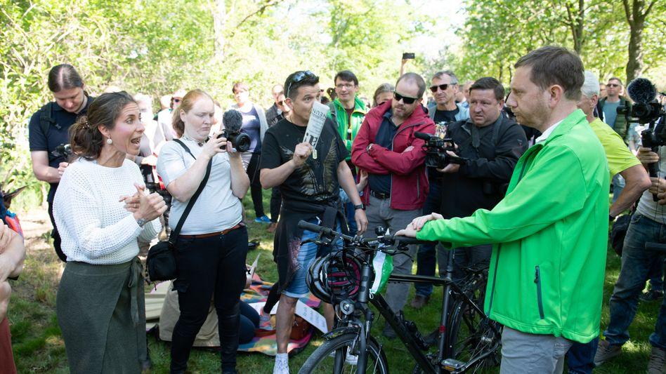 Sachsens Ministerpräsident Kretschmer im Gespräch mit Corona-Demonstranten in Dresden