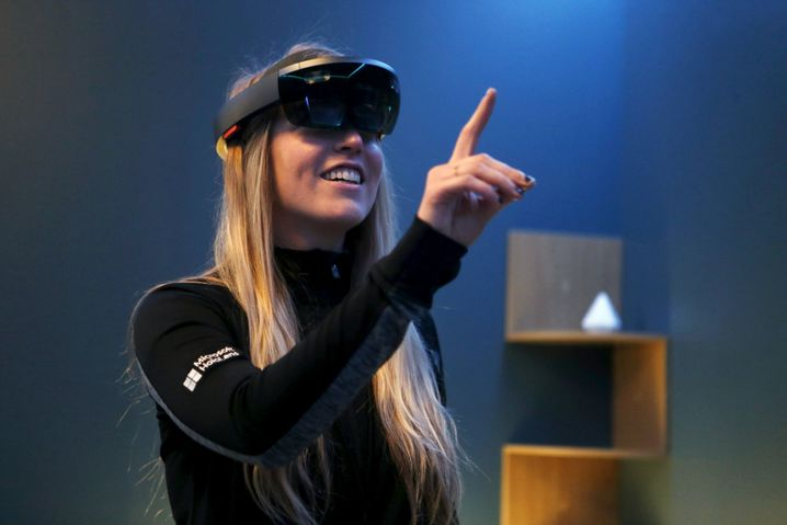 Frau mit HoloLens-Brille