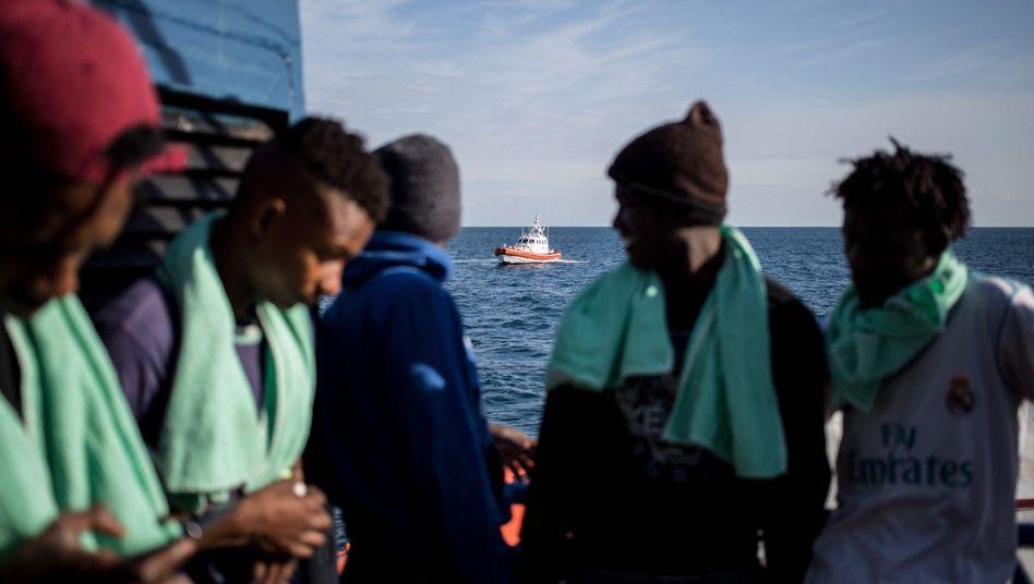 """Flüchtlinge auf der """"Sea-Watch 3"""", italienische Küstenwache"""