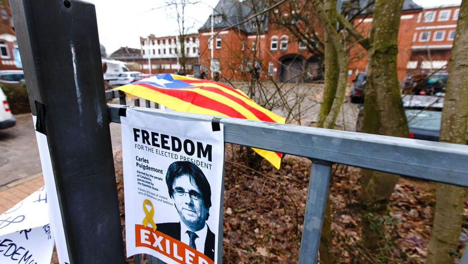 Solidaritätsbekundungen für Carles Puigdemont vor der Justizvollzugsanstalt Neumünster