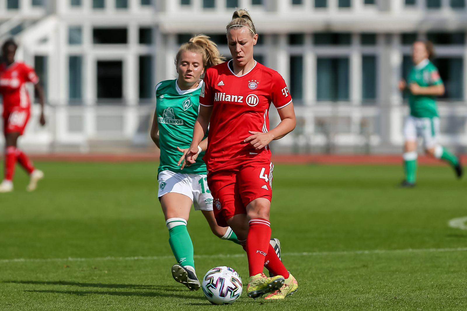 v.li.: Ricarda Walkling (SV Werder Bremen, 13) und Kristin Demann (FC Bayern München, 4) im Zweikampf, Duell, Dynamik, A