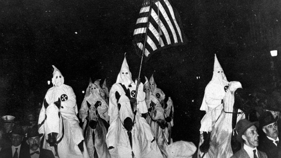 Ku-Klux-Klan-Mitglieder 1923: Tatsächlich schreitet die amerikanische Vergangenheitsaufarbeitung in Trumps Amtszeit fort