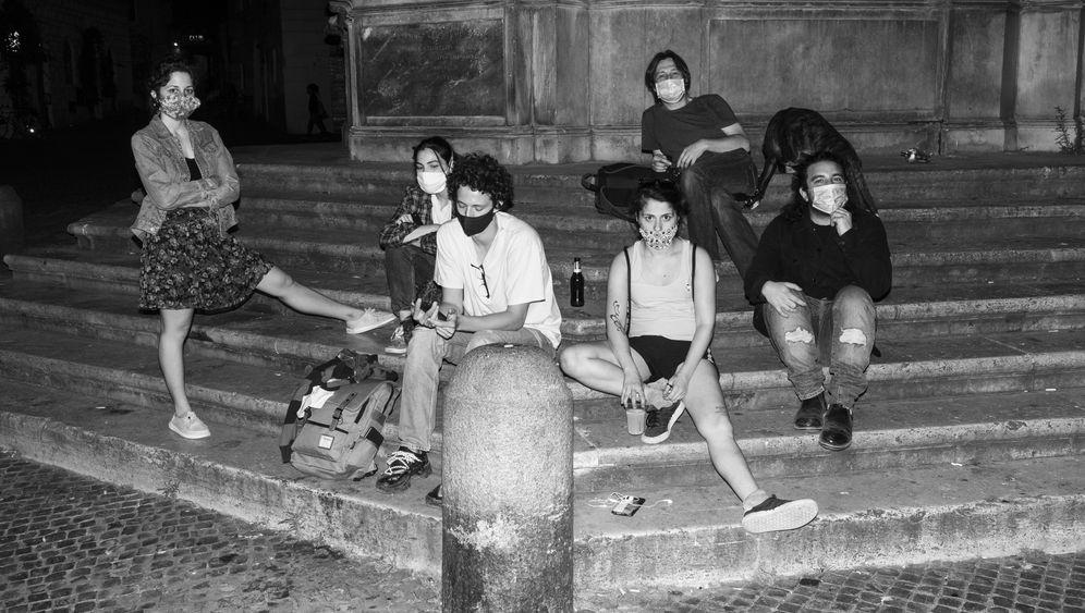 Draußen treffen ist wieder erlaubt: Junge Menschen in Rom