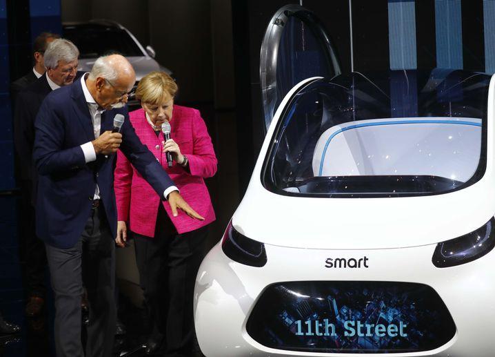 Daimler-Chef Dieter Zetsche mit Kanzlerin Angela Merkel auf der IAA