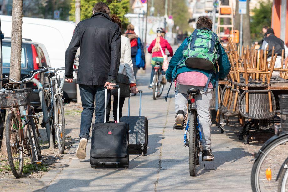 Bis man zehn Jahre alt ist, darf man auf dem Gehweg radeln, bis acht muss man es sogar. Neben Fußgängern und Tischen von Cafés und Restaurants ist dort aber oft nur wenig Platz.