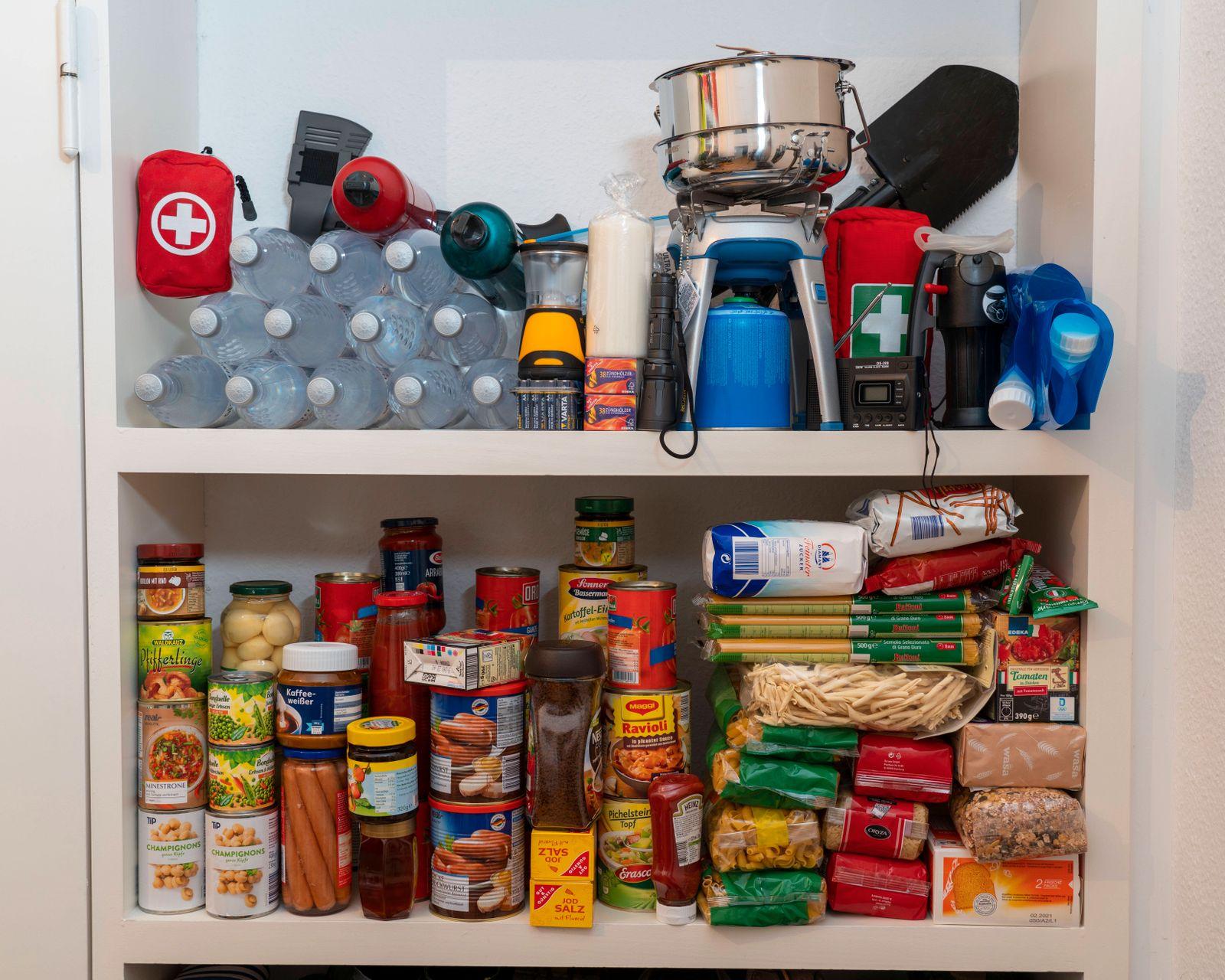 Notfallvorsorge, Lebensmittel Vorrat in einem Privaten Haushalt, Regal mit lange haltbaren Lebensmitteln, Vorrat für 10