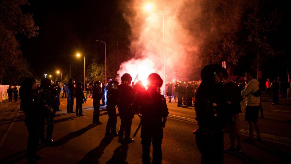 Polizei vor Flüchtlingsunterkunft in Heidenau (Archiv): Es bleibt nicht mehr bei Parolen
