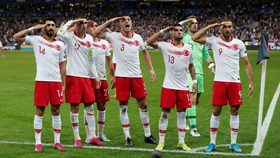 Türkische Spieler jubelten in Frankreich mit dem Militärgruß