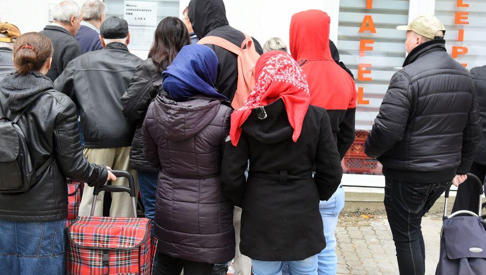 Menschen vor Ausgabestelle der Leipziger Tafel: Ein Teil der gesellschaftlichen Debatten findet ausschließlich online statt