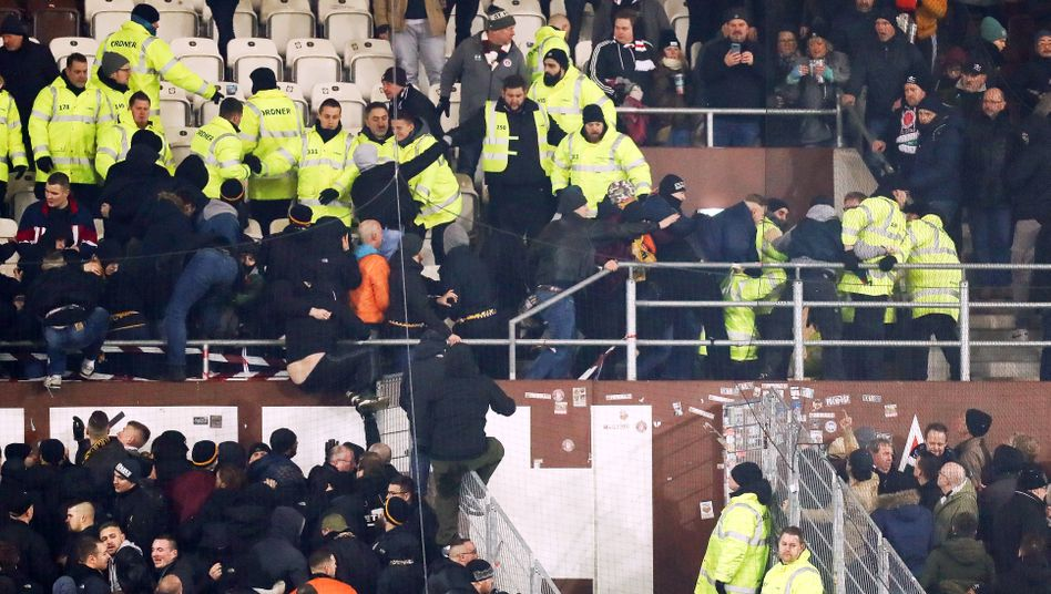 Polizeikräfte und Sicherheitspersonal drängten die randalierenden Fans zurück in den Gästeblock des Millerntorstadions
