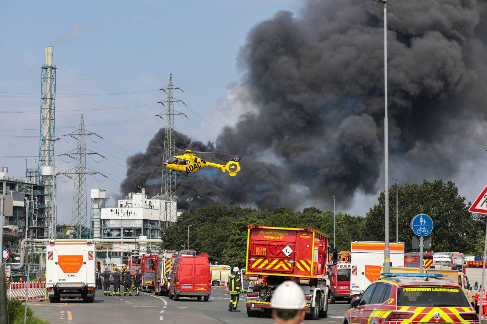 Explosion in Chemiepark Leverkusen Großeinsatz nach Explosion in Chemiepark in Leverkusen! Massive Rauchsäule, Bevölker