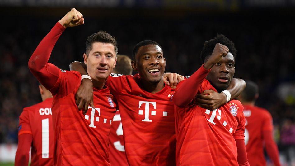 Die Bayern-Profis Robert Lewandowski, David Alaba und Alphonso Davies (v.l.n.r)
