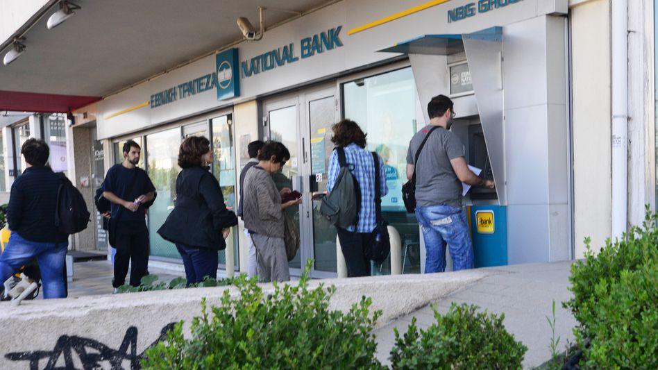 Bald wieder Drachme statt Euro? Griechische Kunden vor Bankautomaten