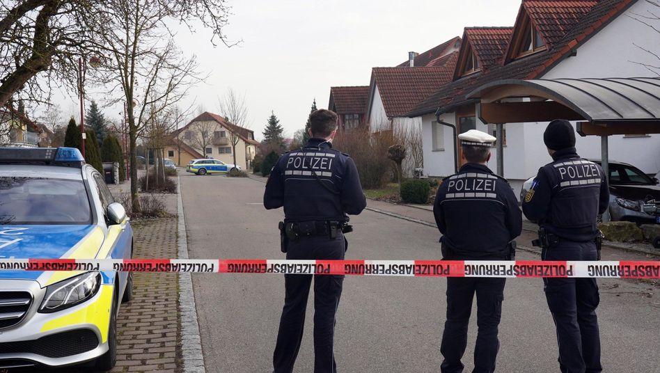 Polizisten in Rot am See: Am Freitag wurden in dem Ort sechs Menschen getötet