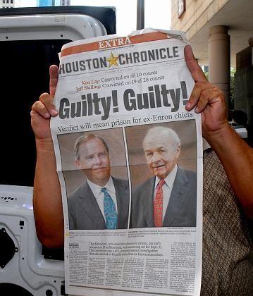 """Urteil: Wie die meisten US-Zeitungen titelt der """"Houston Chronicle"""" mit den Schuldsprüchen gegen die Ex-Enron-Chefs Lay und Skilling"""
