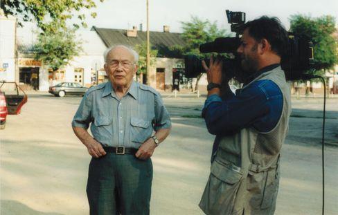 Eugene Łazowski beim Besuch in Rozwadów (2000)