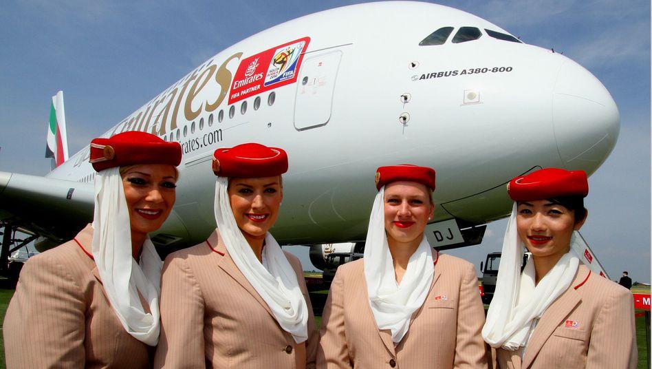 Emirates-Stewardessen vor A380-800: Neuer Rekordauftrag für Airbus