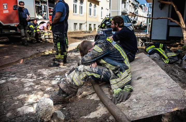 Exhausted: Many helpers reached their limits in the days after the catastrophe. Here, members of Edenkoben's volunteer fire department, resting after a 24-hour deployment in Bad Neuenahr.