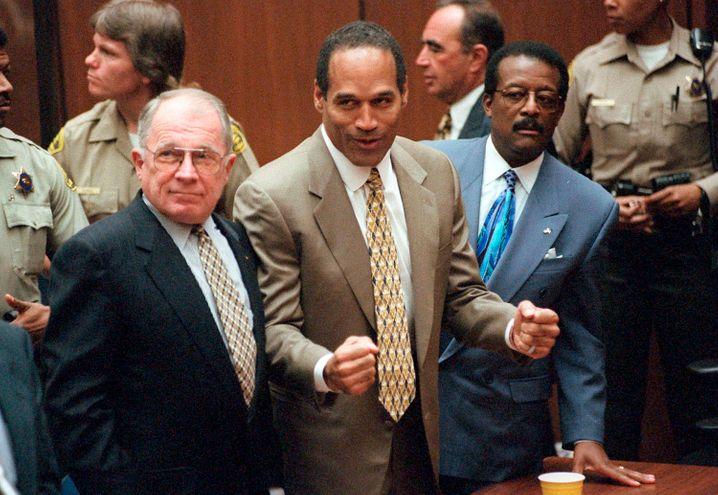 O.J. Simpson (Mitte) mit Verteidigern Bailey (l.) und Johnnie Cochran (r.) bei dem Freispruch 1995