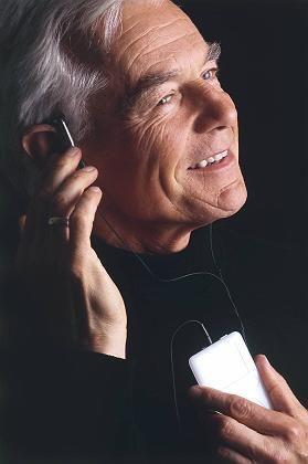 Ist da wer? Bei jemandem, der ein Hörgerät trägt, ist der Satz mehrdeutig: Er braucht ein Spezial-Handy
