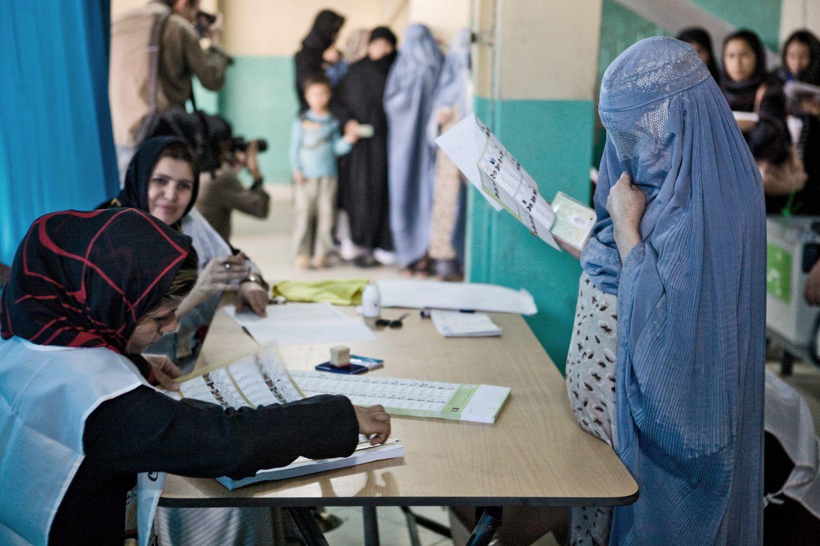 Präsidentschaftswahl in Afghanistan - Frauen im Wahllokal