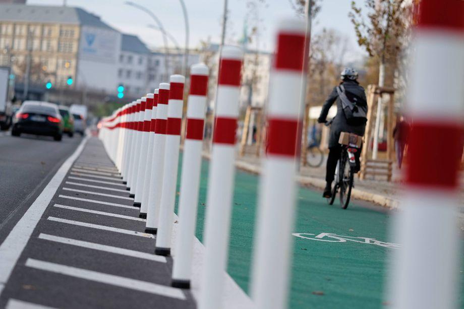 Diese Radspur wurde 2019 in Berlin eröffnet. Sie ist breit, Radfahrende werden von der Autospur aus gut gesehen, und die Poller verhindern das Parken von Autos.