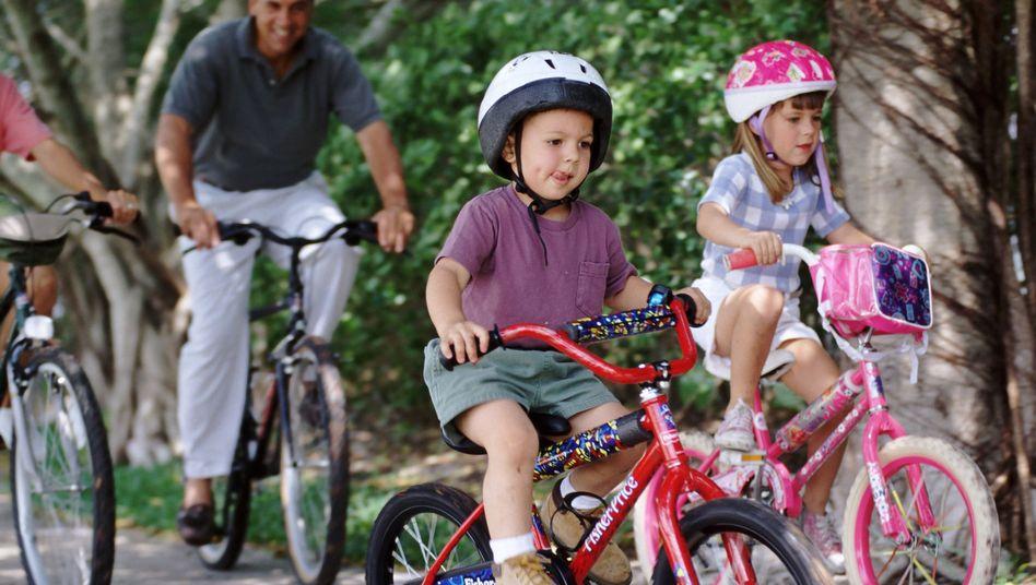 Radfahrende Kinder: Erwachsene müssen durch Zurufe oder körperlich eingreifen können