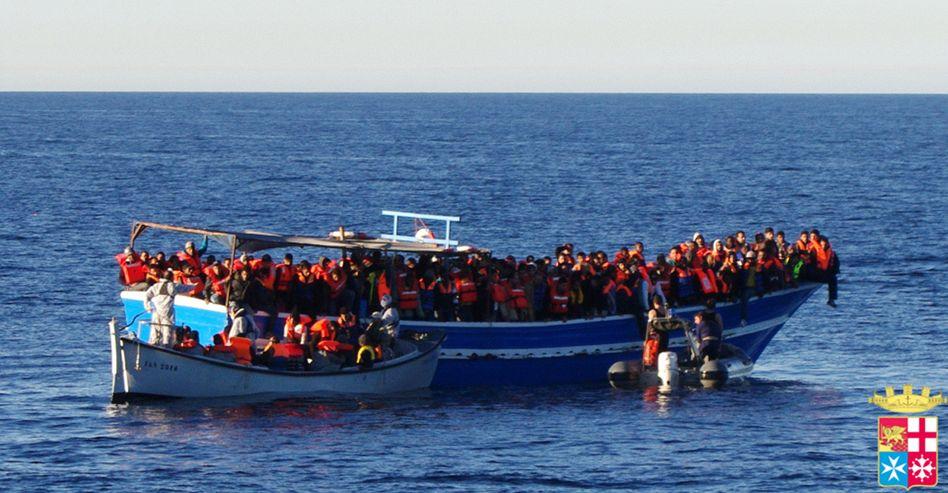 Flüchtlingsboot vor Lampedusa: Hunderte gerettet