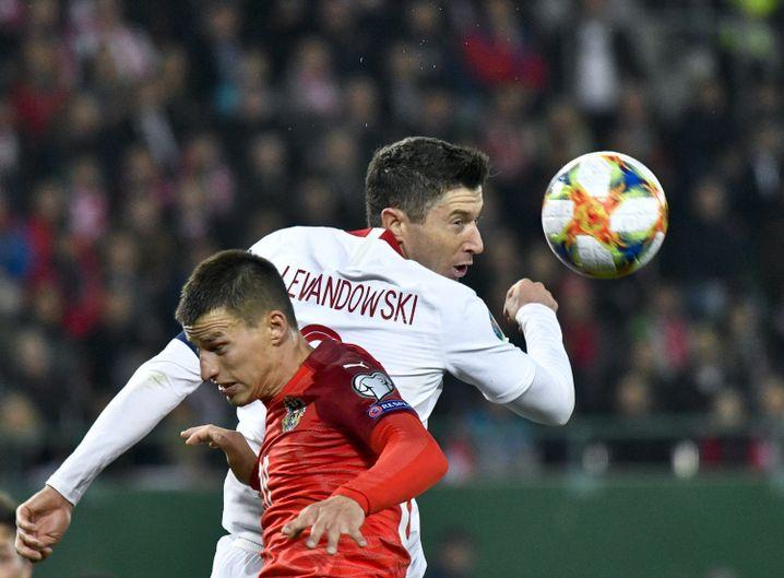 Robert Lewandowski (r.) und Österreichs Stefan Lainer kämpfen um den Ball.