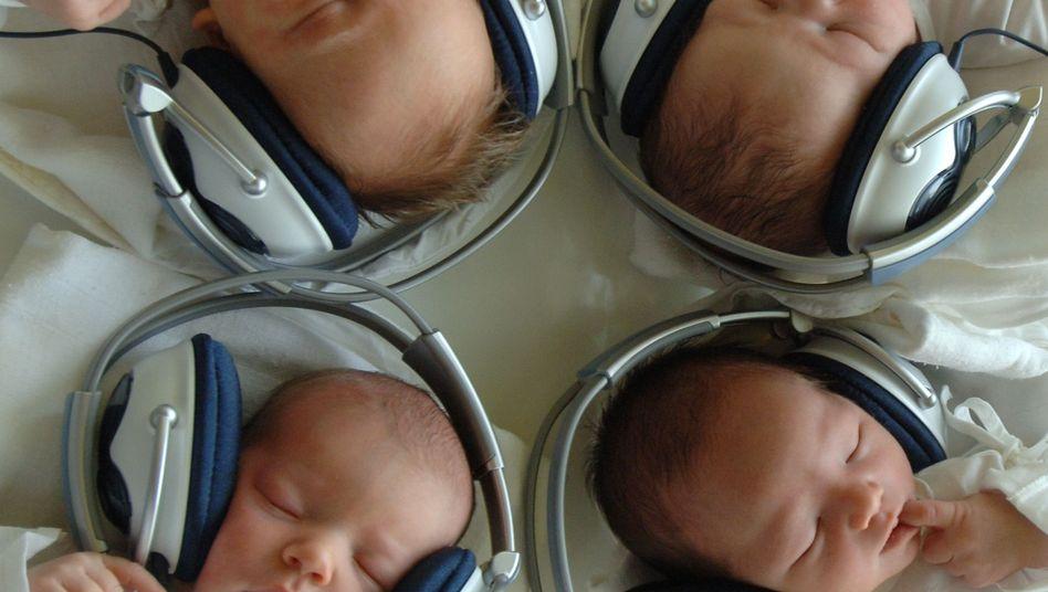 """Neugeborene mit Kopfhörer: """"ich empfehle jedem, Mozarts Musik zu hören."""""""