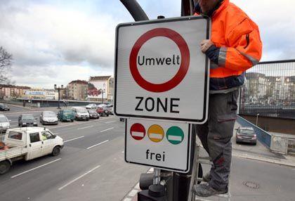 Berliner Umweltzonen-Schild: Alle Fahrzeuge die in die Stadt wollen, müssen über eine Schadstoffplakette verfügen