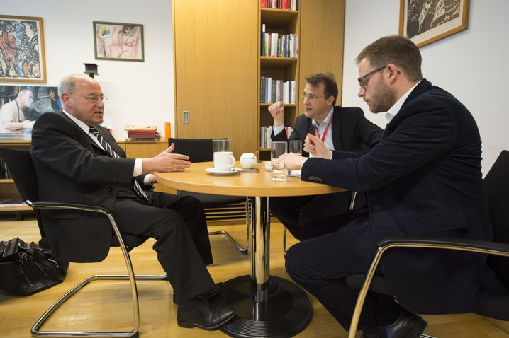 Gysi in seinem Büro mit den SPIEGEL-ONLINE-Redakteuren Roland Nelles und Fabian Reinbold