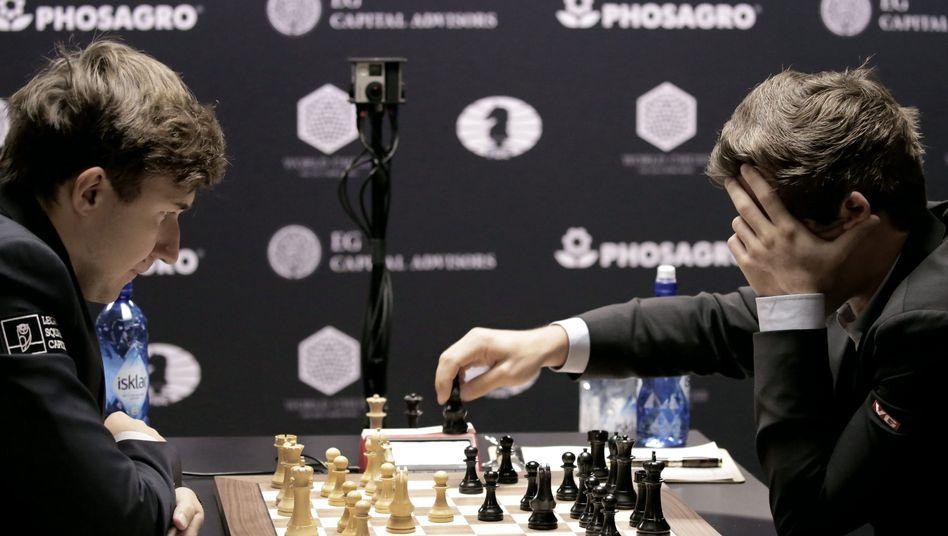 Sergej Karjakin (l.) und Magnus Carlsen
