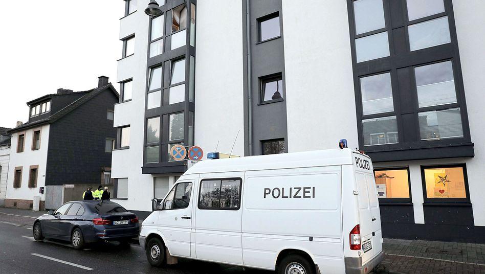 Ein Polizeifahrzeug am Tatort in Köln (Archiv): Eine Frau, die ihr zweijähriges Kind getötet hat, muss dauerhaft in die Psychiatrie