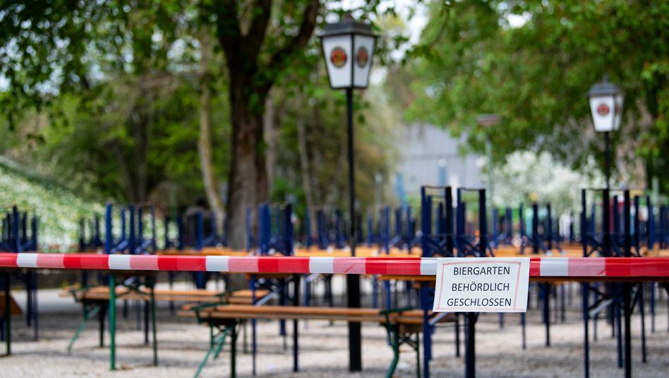 Menschenleer zeigt sich ein Biergarten mit gestapelten Bänken und Tischen im Münchner Westpark