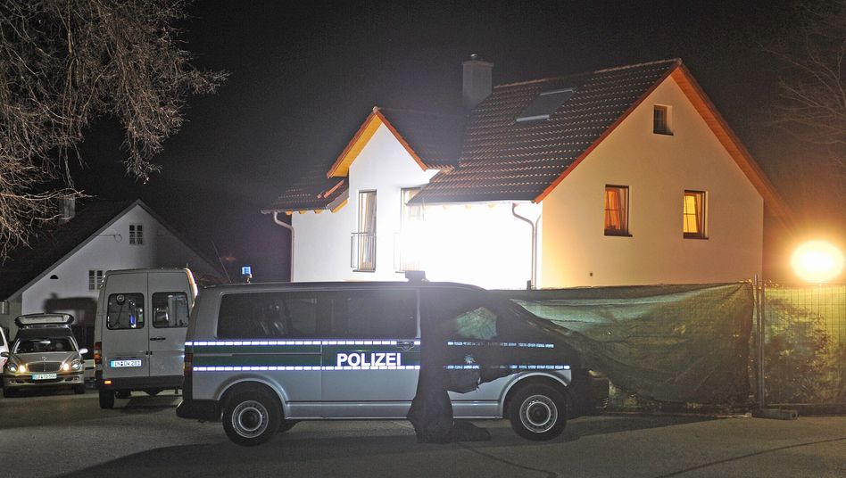 Polizeieinsatz in Oberbayern: Zwei Leichen im Garten eines Einfamilienhauses gefunden
