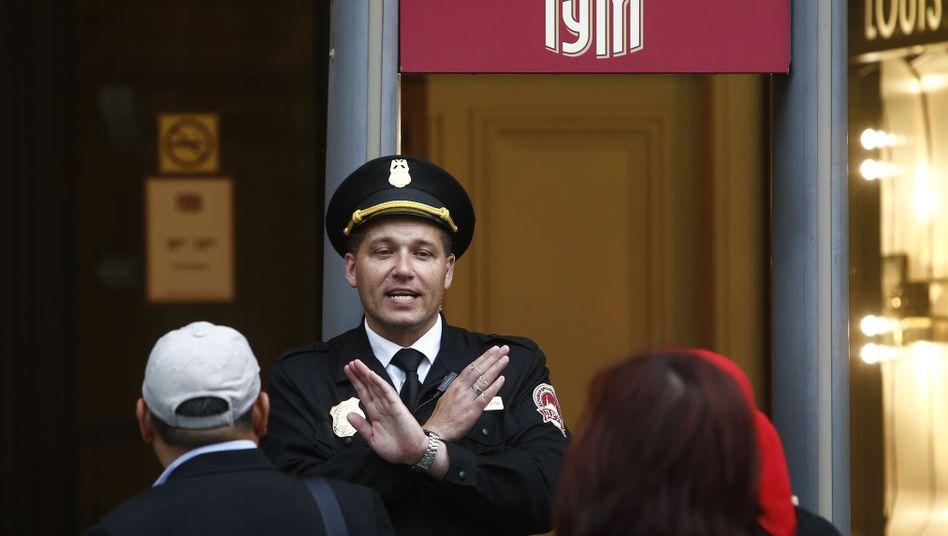Sicherheitsmann bei Evakuierung des Gum-Kaufhauses in Moskau