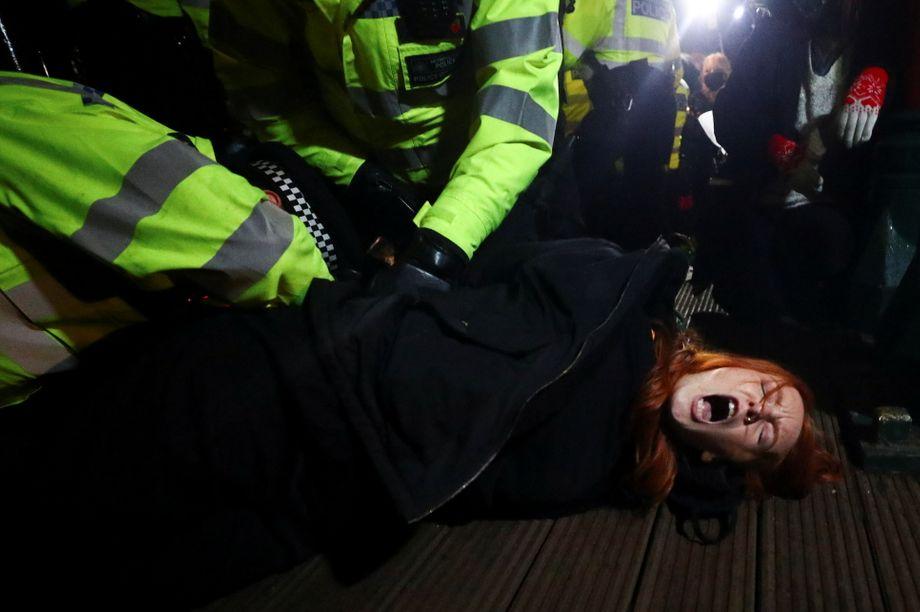Polizisten drücken eine Demonstrantin zu Boden: Warum fand die Polizei keinen Weg für eine legale Zusammenkunft?