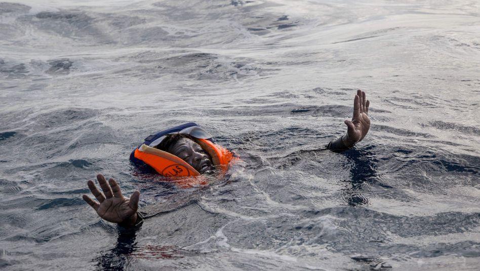 """Flüchtling im Mittelmeer kurz vor der Rettung durch das deutsche Boot """"Sea-Watch"""""""