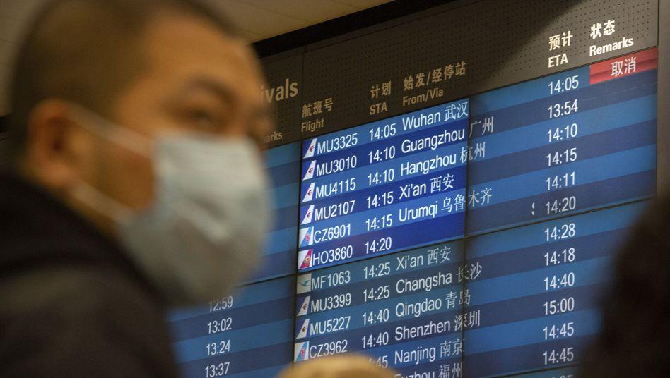 Reisender mit Atemschutzmaske in Peking