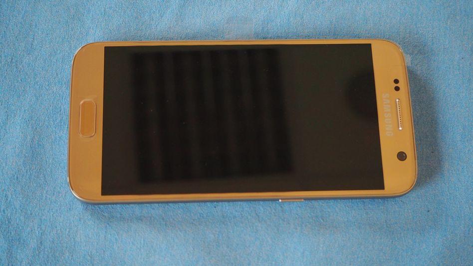 Fahndungsbild der Polizei Delmenhorst: Gesucht wird ein goldfarbenes Samsung-Handy