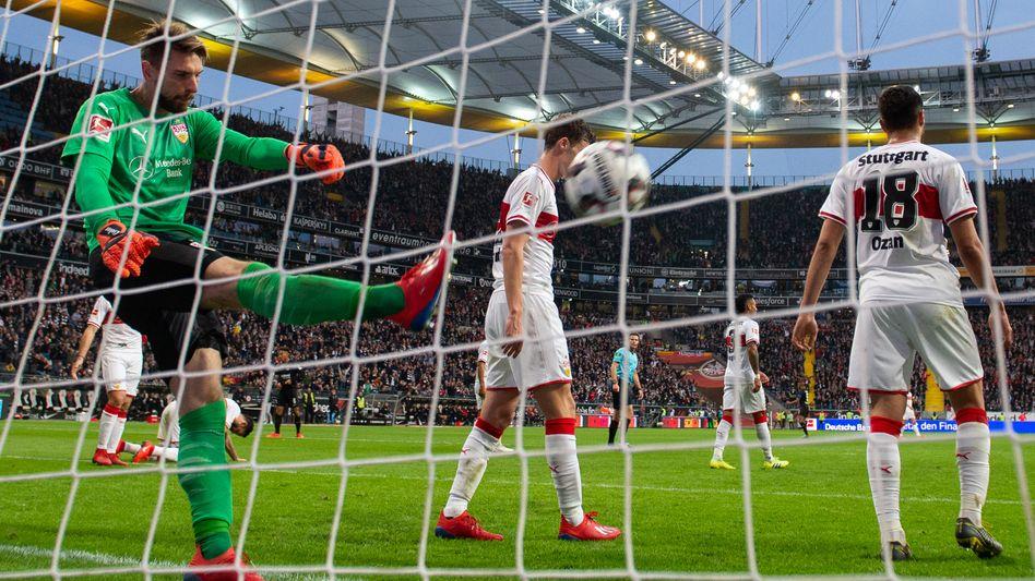 Ron-Robert Zieler (r.) schlägt den Ball frustriert zurück ins Feld - er hat gerade das dritte Frankfurter Tor kassiert
