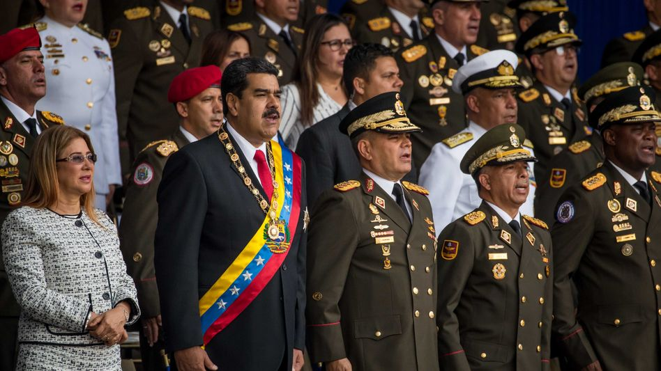 Nicolás Maduro (zweiter von links) kurz vor dem Anschlag