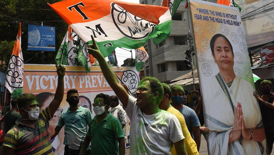 Feiernde Anhänger der Wahlsiegerin Mamata Banerjee am Sonntag in Westbengalens Hauptstadt Kalkutta