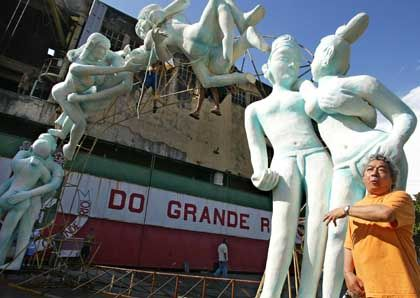 Wagendesigner Joãosinho Trinta vor seinen Kamasutra-Figuren: Zu heiß für Rio
