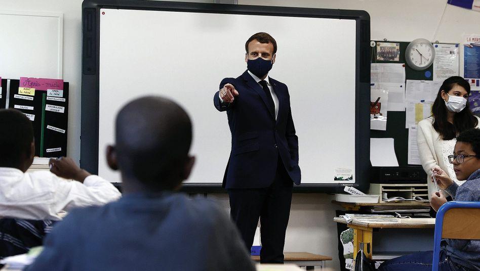 """Staatschef Macron in einer Grundschule bei Paris:""""Am Boden wie die Italiener und Spanier"""""""